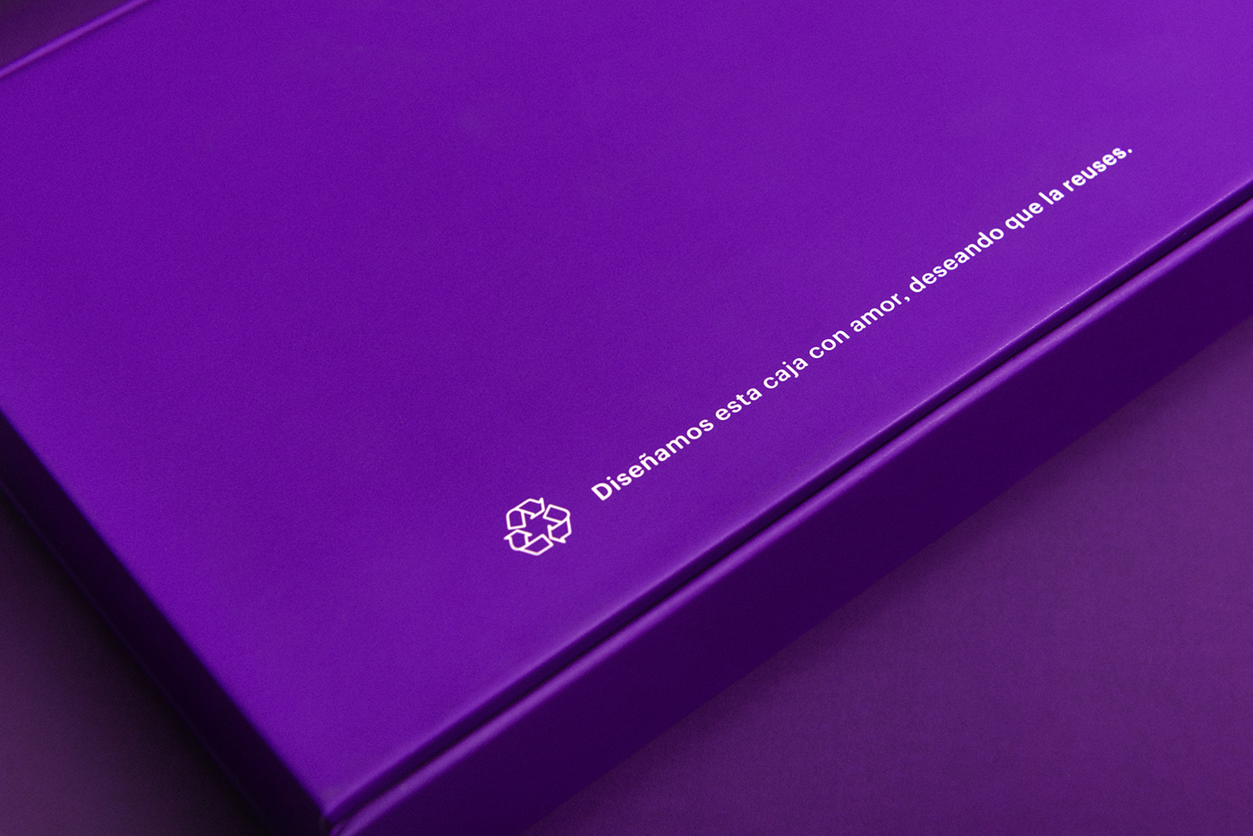 "Nubank Welcome Kit with printed text ""Diseñamos esta caja con amor, deseando que la reuses""."