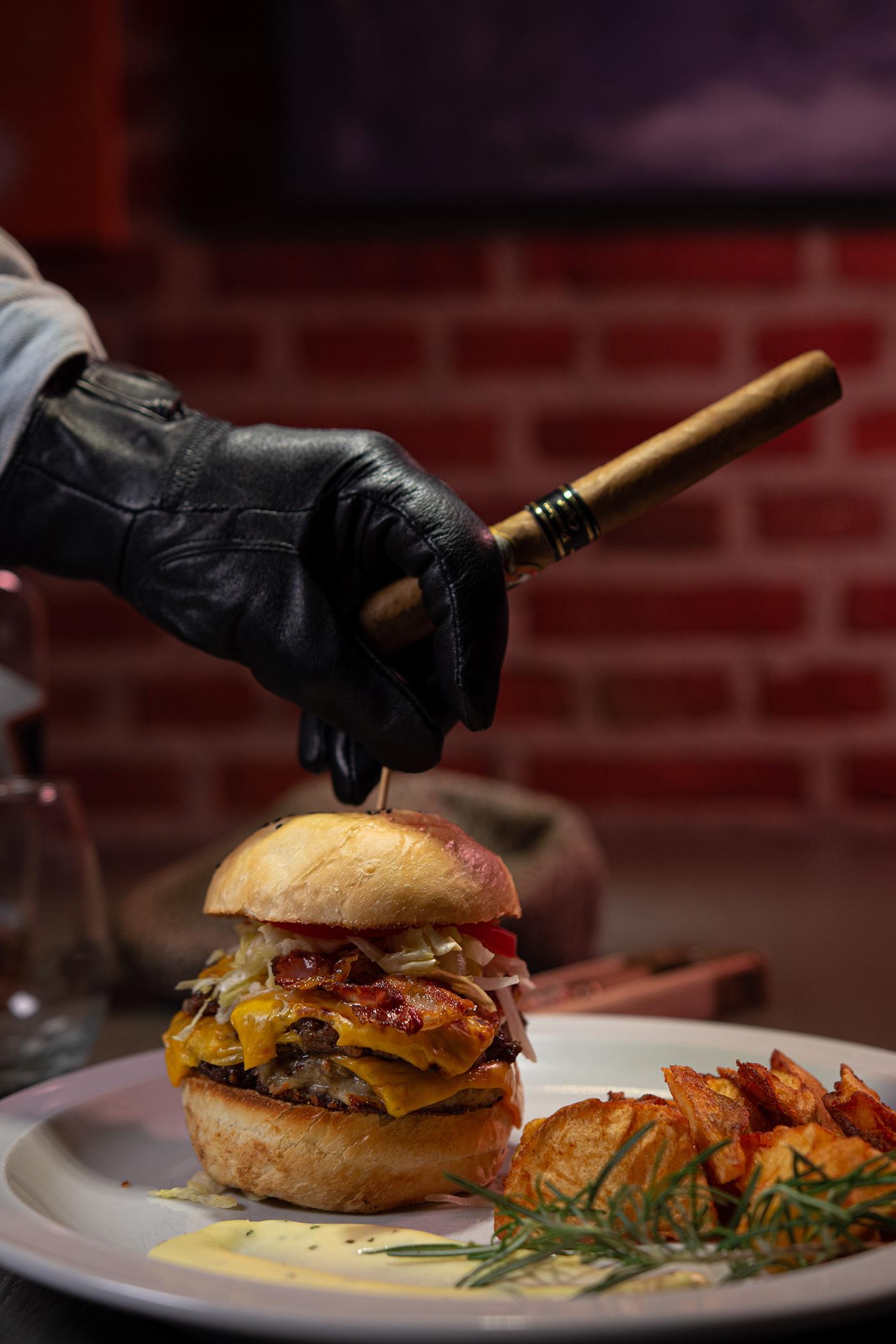 Dueño de bar cuidando su hamburguesa