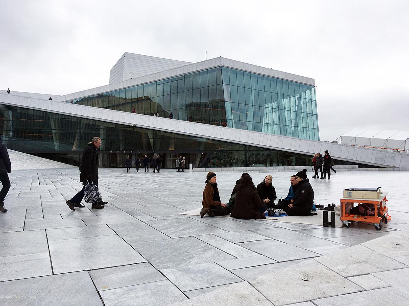 Oat Triennale Oslo intervention urbaner Raum installation Teppich Performance homeplanet