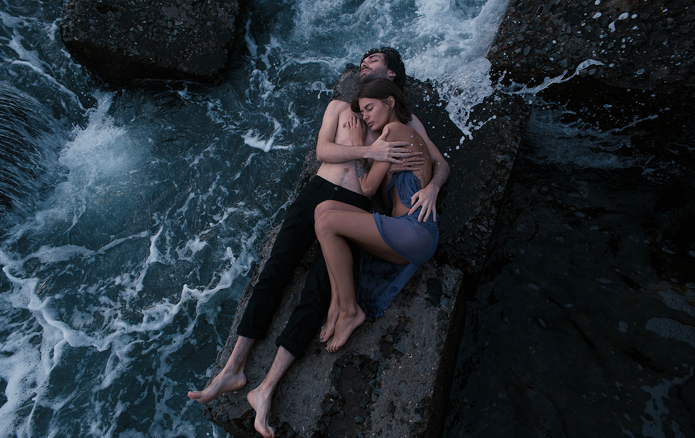Love cople sea kiss artist