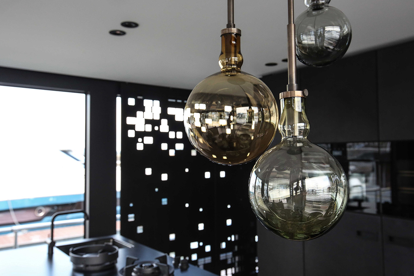 Hängeleuchte Kücheneinrichtung Hausboot Onyx Projekt by Nobla Raumkonzepte und Gestaltung