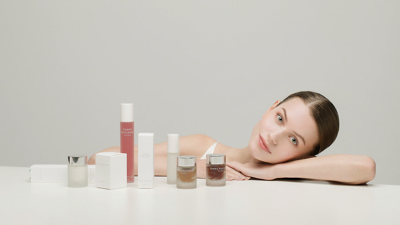 Young naked woman sitting on the floor, body and skin care concept free photo