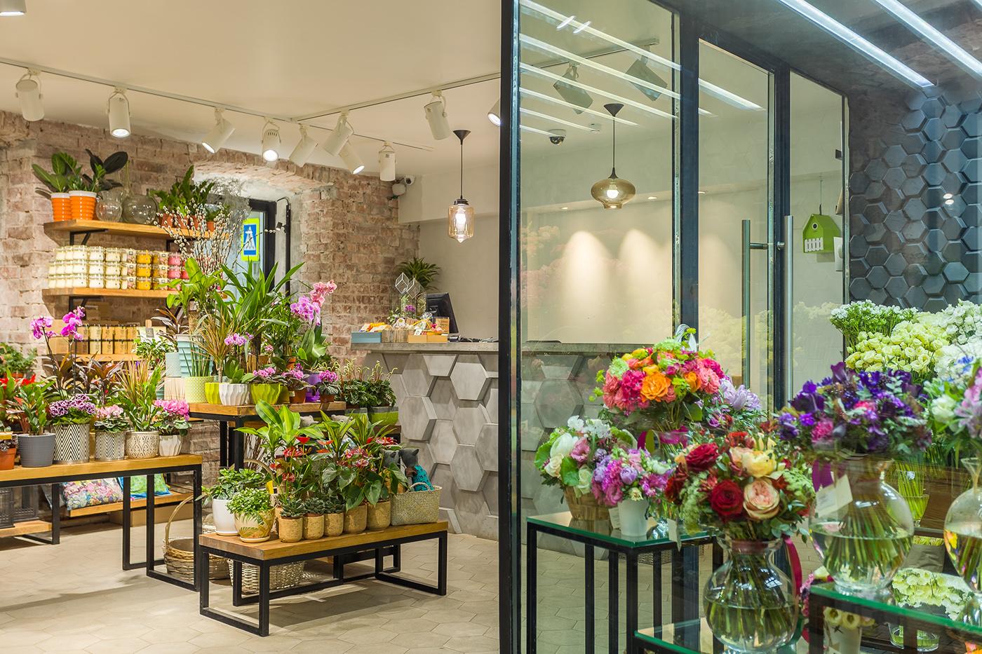 Планта-а магазин цветов, покупает букет свидетельнице