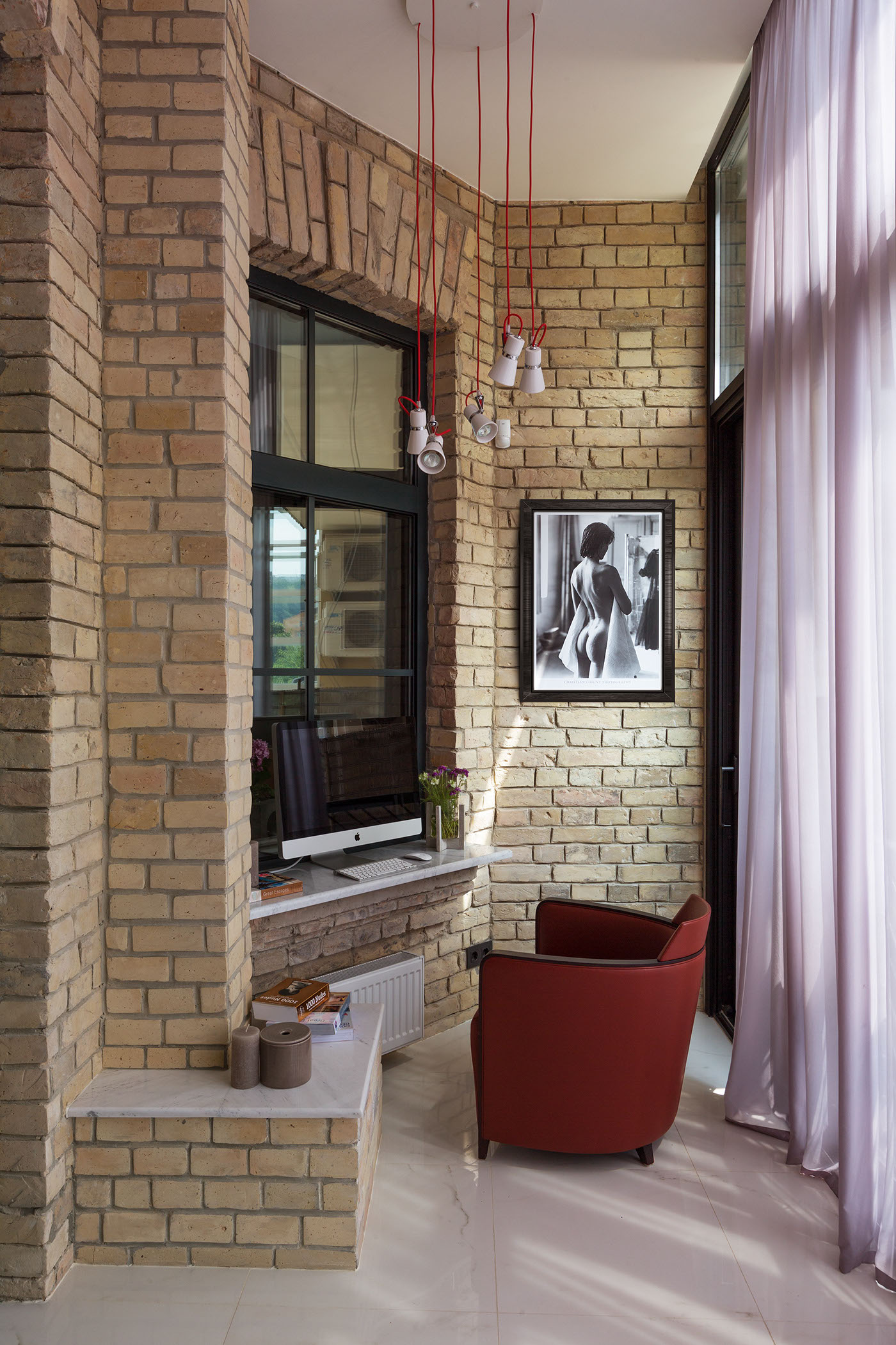 Элегантный интерьер квартиры смешивает два разных стиля.