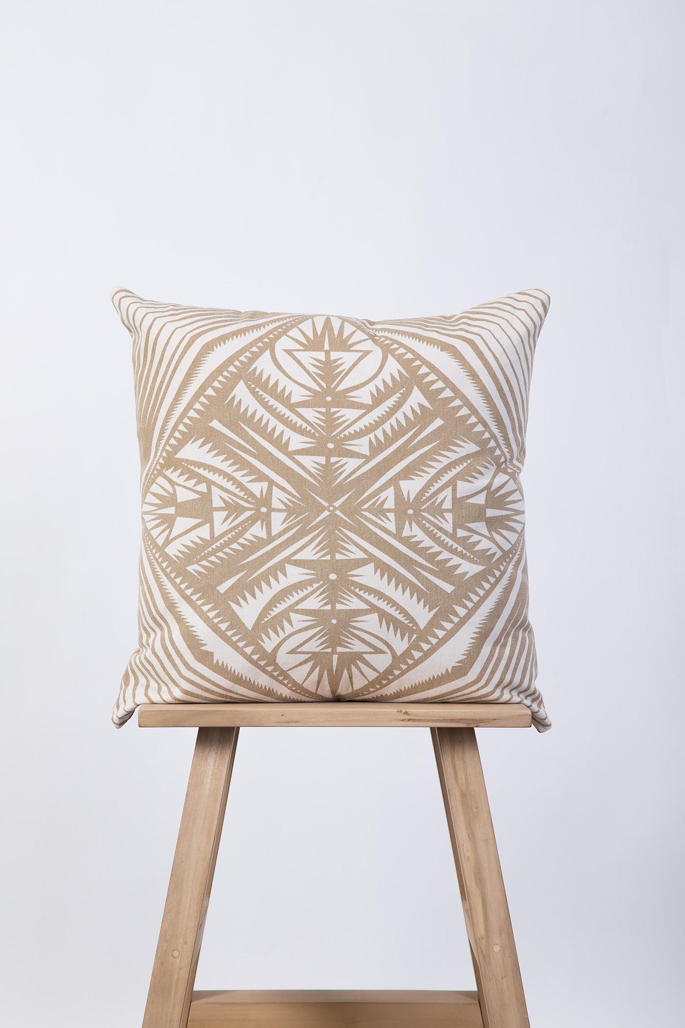 Almohadón sobre banco de madera