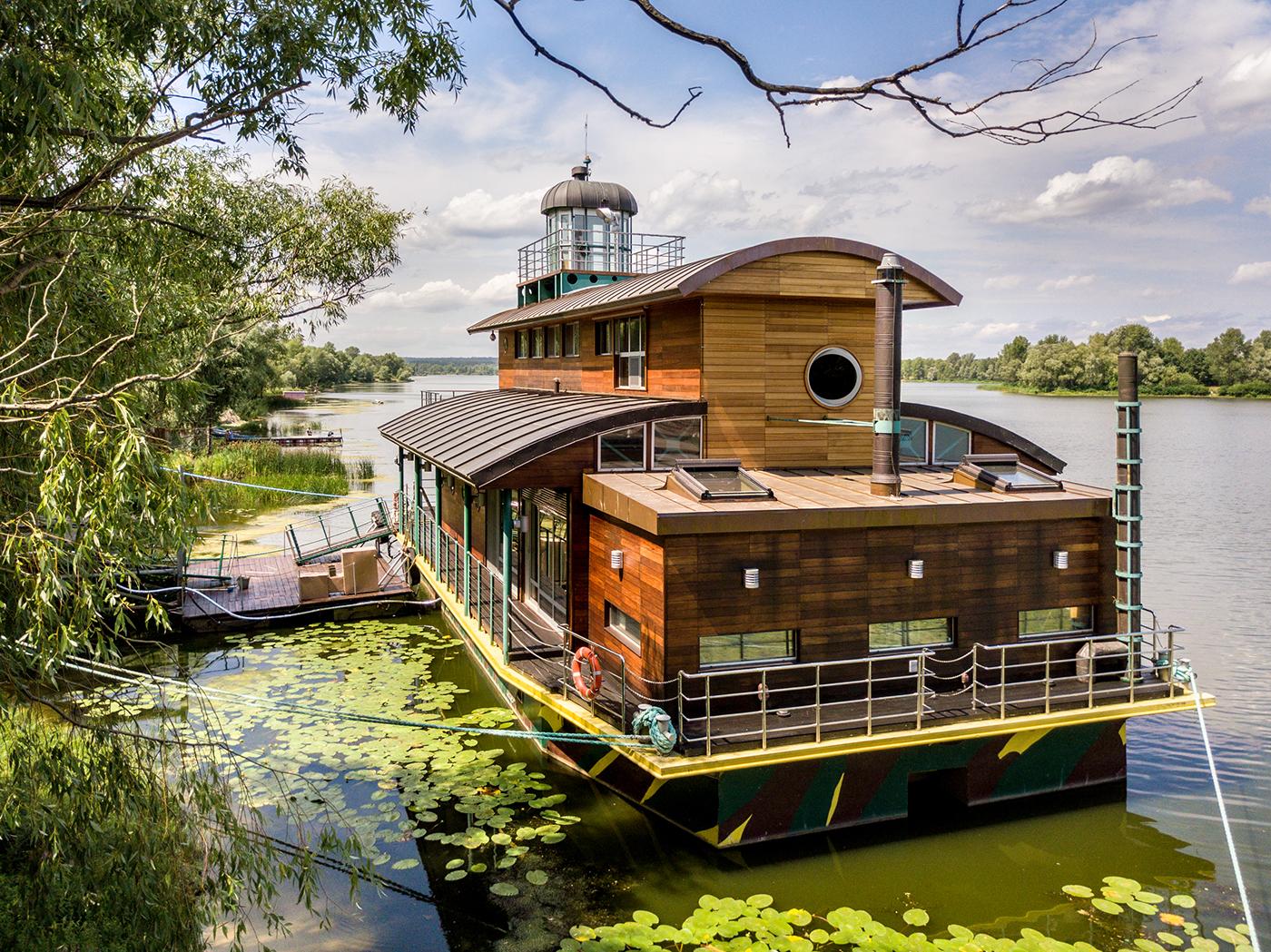 Houseboat lake