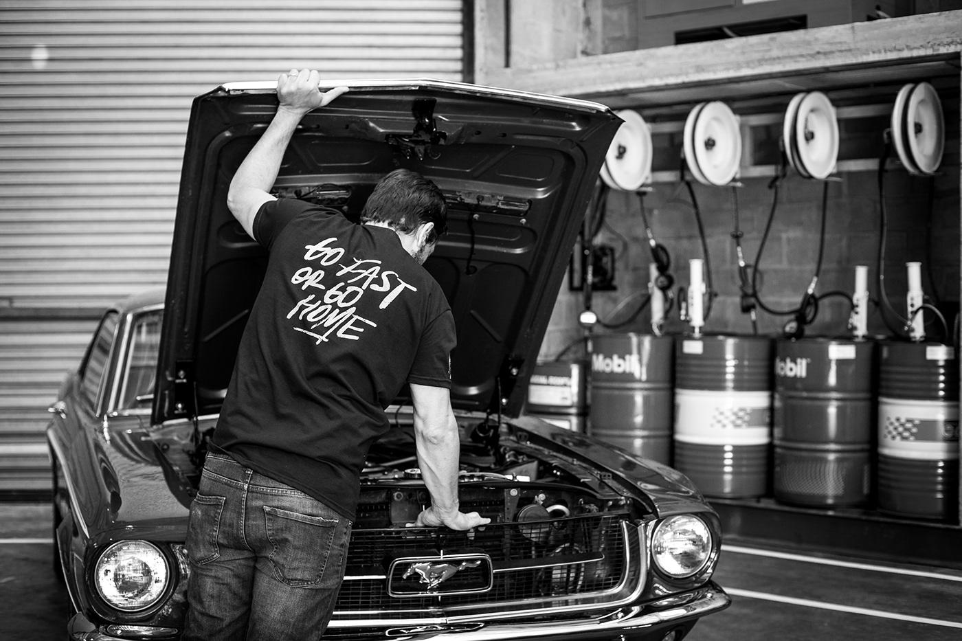Hombre arreglando auto Munstang.  Man fixing Mustang car.