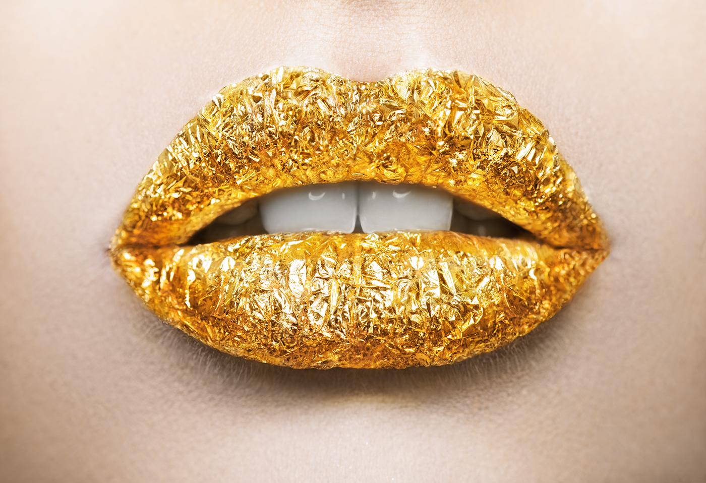 картинка золотые губы на черном фоне