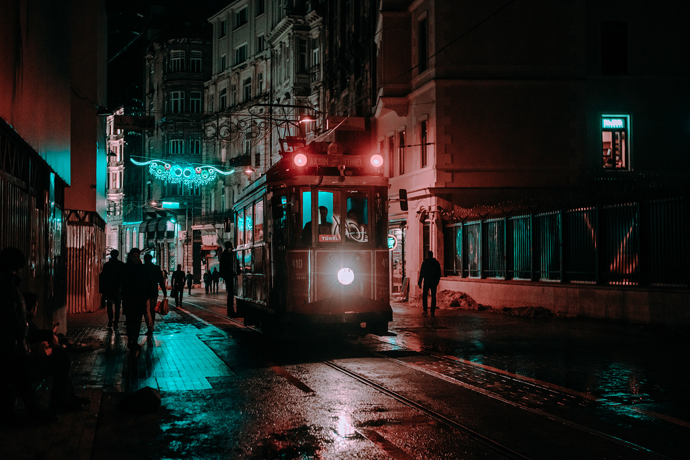 Exploring Istanbul at Night - Mirror World