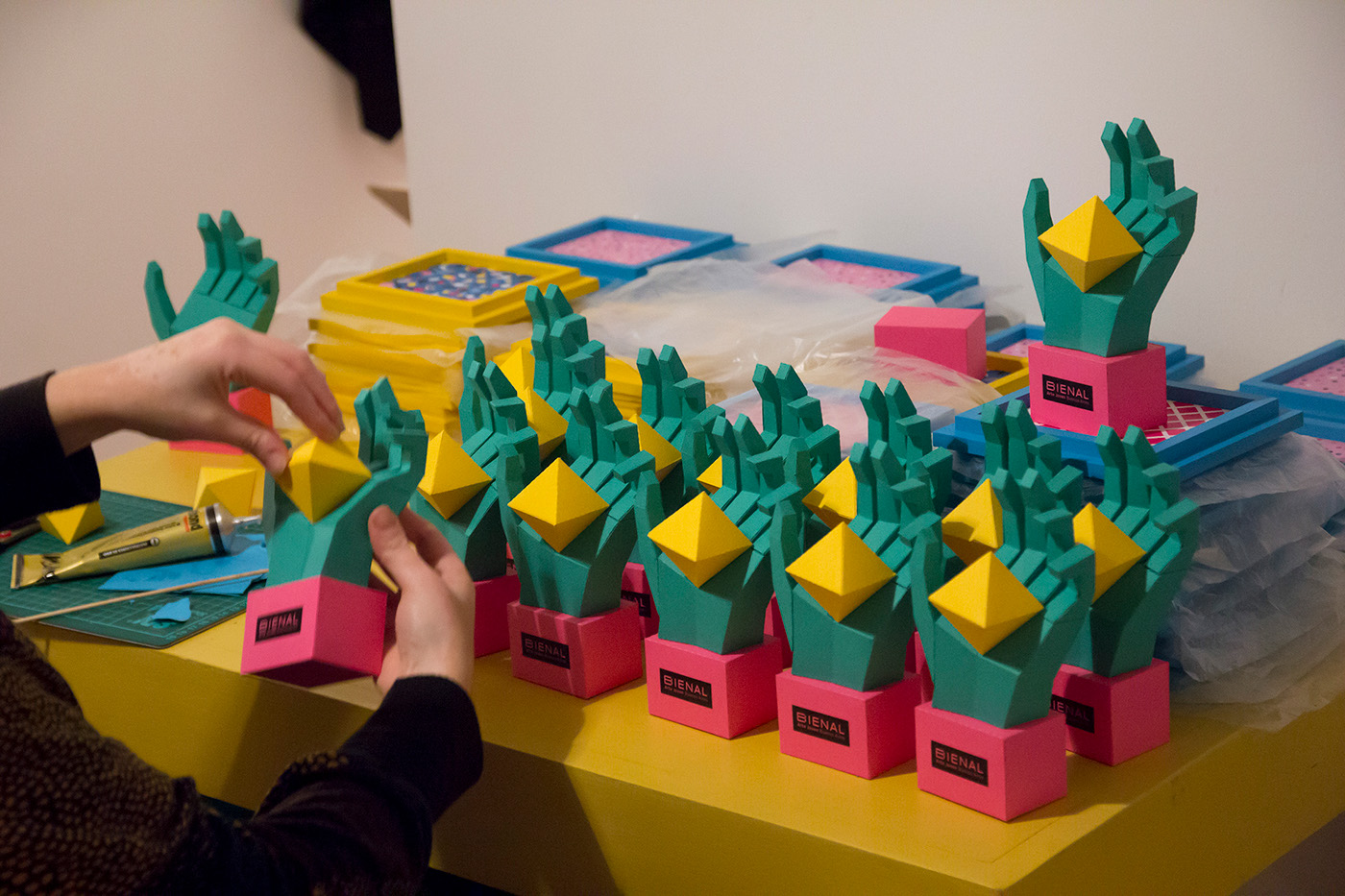 bienal bienal de arte Awards premios papercraft lowpoly hands platonic