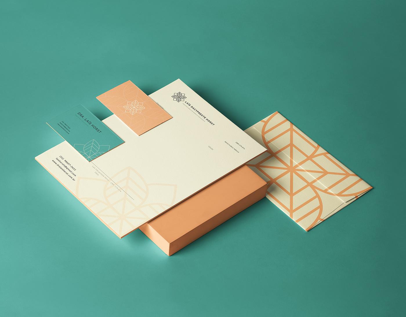 Mockup de itens de papelaria personalizados para a marca