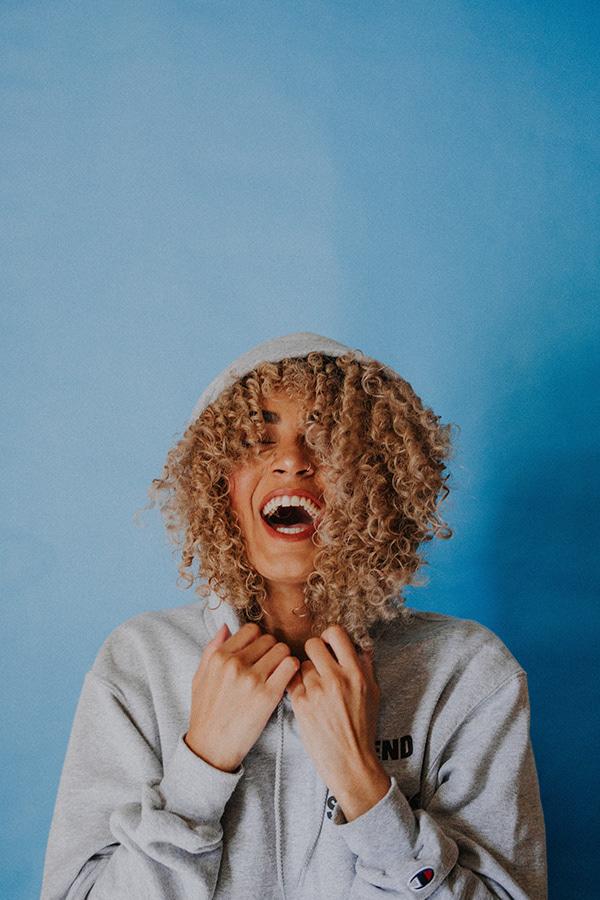 Smějící se žena v mikině