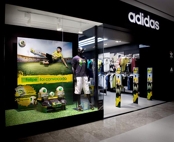 9a426a4a8f8 Vitrine interativa da loja adidas no Morumbi Shopping (São Paulo). Na  compra de uma bola Cafusa o cliente tinha seu nome exposto em um display na  vitrine da ...