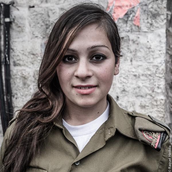 Jeune femme juive en service militaire