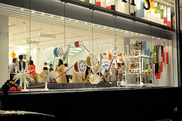 Designed conceptualised and executed a window display for visual merchandising based on the core ideology of the Brand i.e Weaving Dreams . & Weaving Dreams - Window Display/ Visual Merchandising on Behance