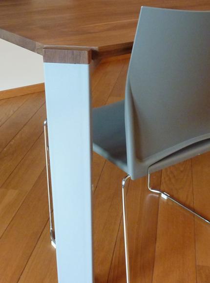 Brunsvelt Lijmbach Leeuw vormgeving product dutch eindhoven material combination metal steel furniture Interior wood walnut minimal gray Powder Coat table Dinner Table detail feet angle
