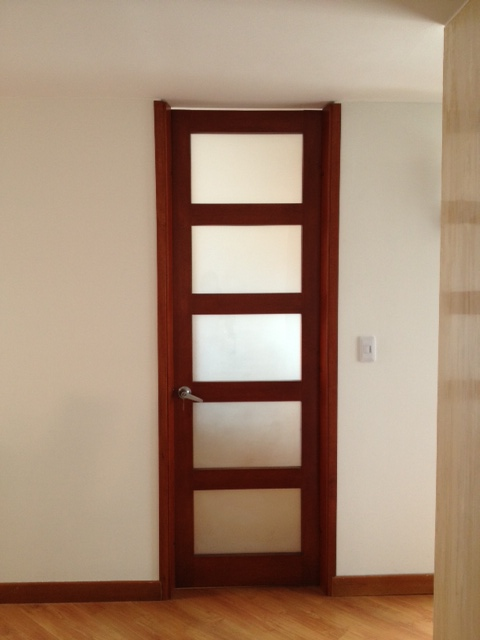 Puertas De Aluminio Para Baño Interior:las puertas fueron modificadas para ser de piso a techo, el estilo de