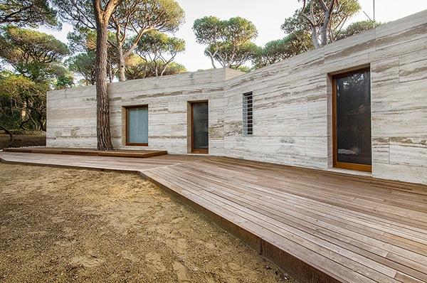 House in a pinewood on behance - Rivestimento pilastri esterni ...