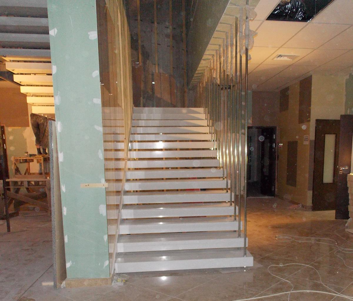 На фото видны два лестничных пролета, ступени которых выполнены из кварцита