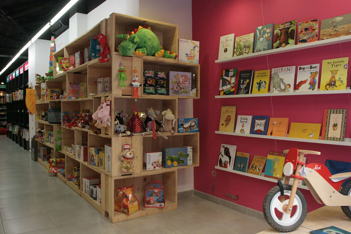 ecodiseño reutilizacion de materiales bajo coste cajas de embalaje Abracadabra llibres nens barcelona