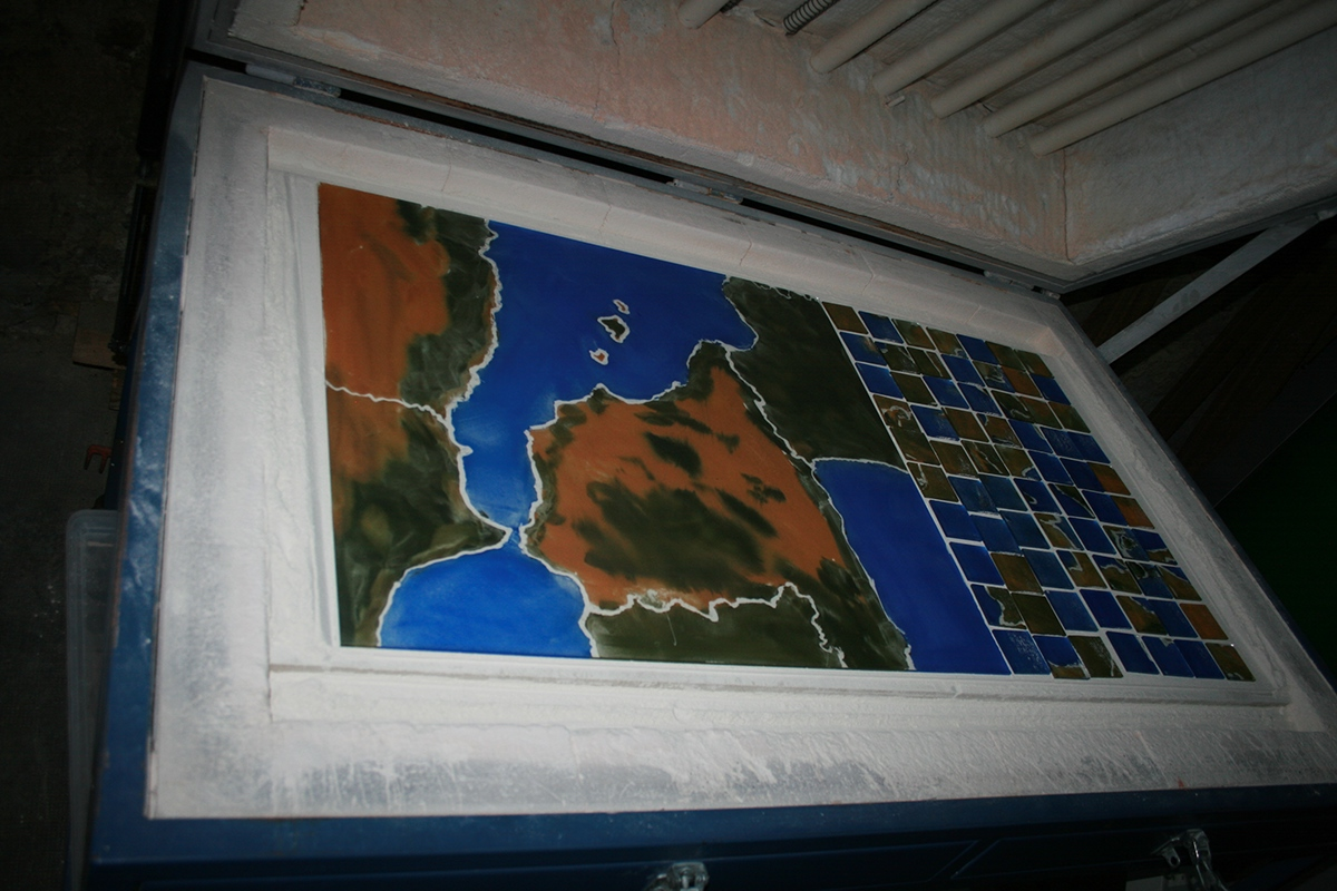Cartographie de l'Europe en vitraux représentation des migrants et naufragés de la mer Egée