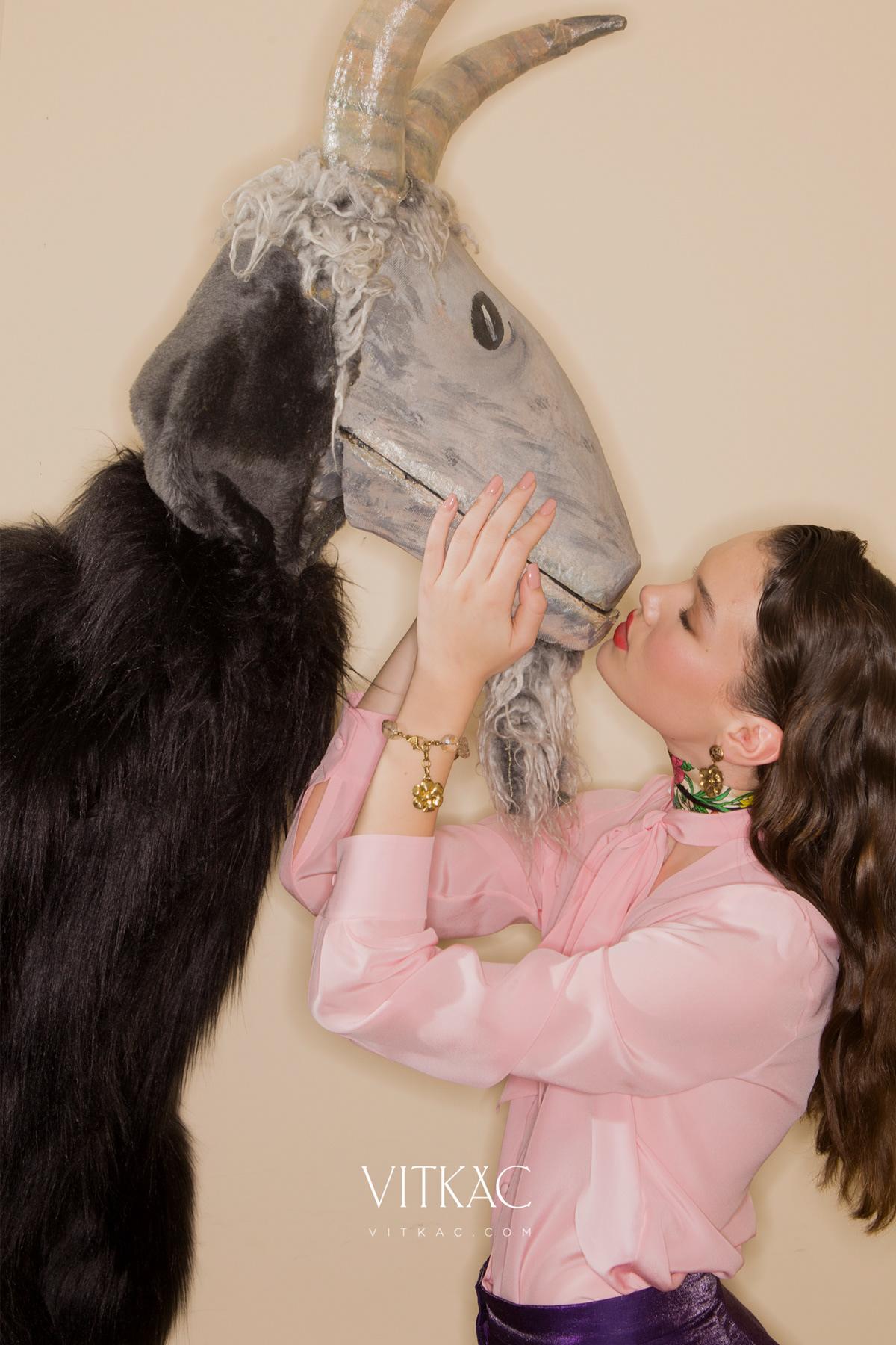 Image may contain: person, kiss and wall