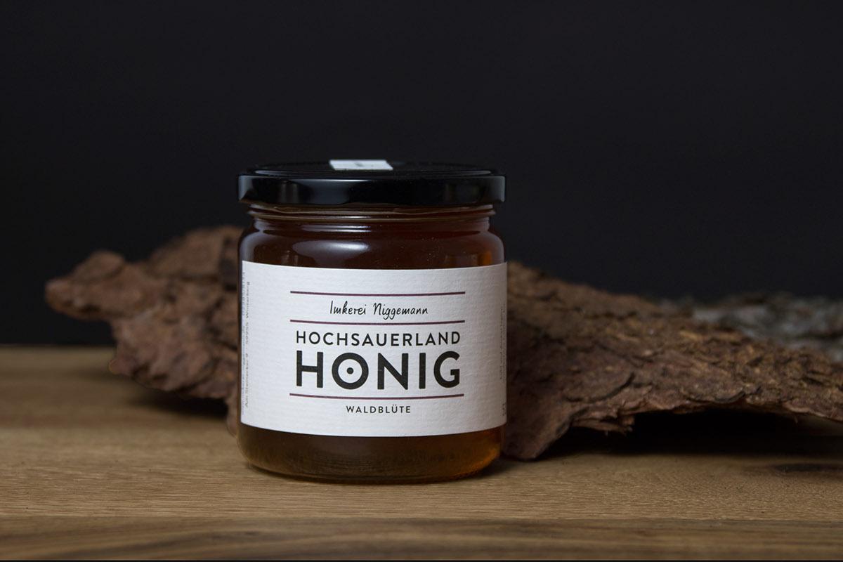 Honig honey Sauerland CI Corporate Identity Corporate Design Erscheinungsbild corporate Manufaktur Imkerei likör Liqueur TYPO16xAdobe