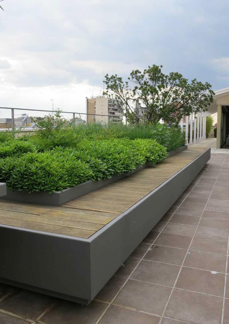 y con la misma forma que las jardineras una pequea fuente para aportar frescor al conjunto