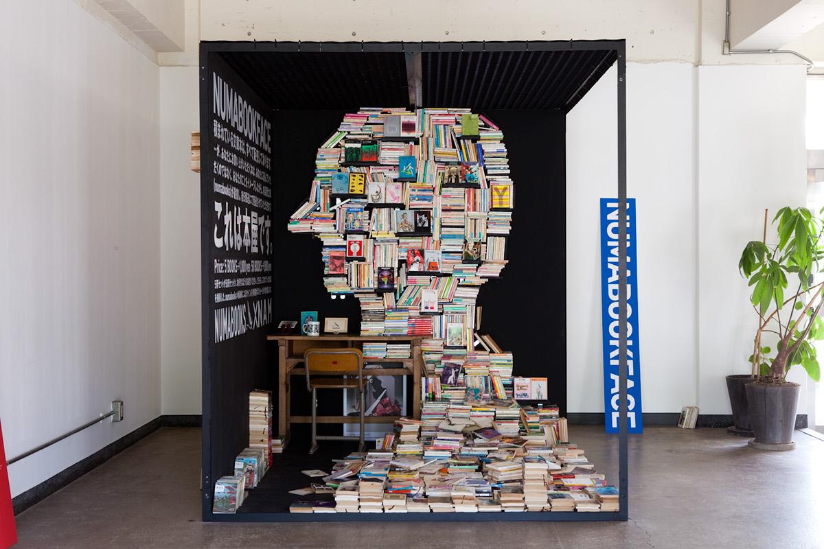 Инсталляция из книг фото