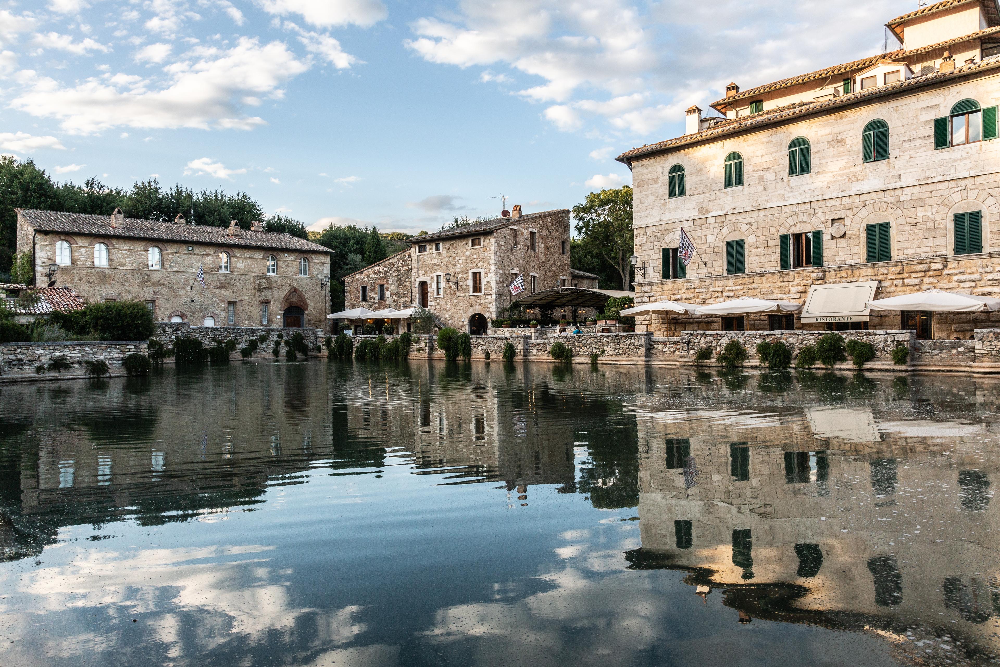 Bagno vignoni il borgo con la piazza d acqua distrarsi è d obbligo