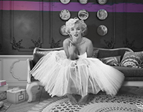 Marilyn Monroe on the sofa