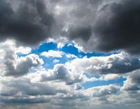 Mraky letí letní oblohou / Dramatic clouds flying