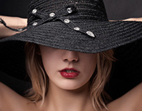 au-dessous du chapeau