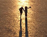 Personen auf dem Eis, am Strand