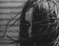 La jeune fille avec le vol de cheveux