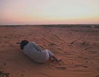 Un homme d'attendre le lever du soleil