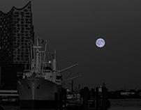 the 2015 blue moon embraces hamburg harbour