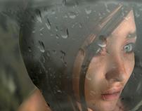 Jeune fille à la fenêttre après la pluie