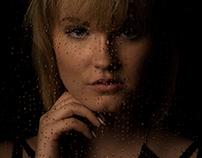 Eva am Regenfenster