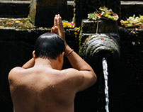 HINDU RITUAL BATHING IN BALI