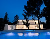 House between the pine forest by Fran Silvestre Arquite