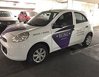 Identidad corporativa sobre auto utilitario.
