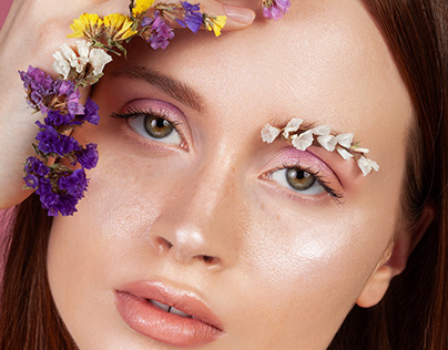 What's behind the flower in Make-up Trendy 1/2020