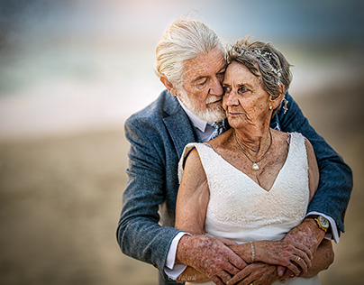 Couple of 55 years, reliving the day of their marriage