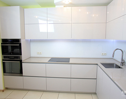 Угловая кухня светло-серого цвета.
