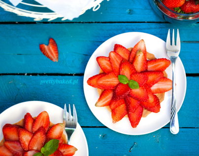 Rhubarb tartlets with strawberries