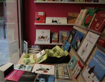 Exhibidor de libros y juguetes, librería Abacadabra