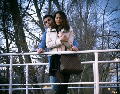 Couple sur une passerelle