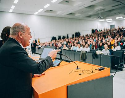 Gregor Gysi bei der 24-Stunden-Vorlesung in Greifswald