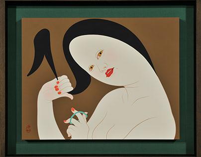 う and し ( A woman tying her hair up.)